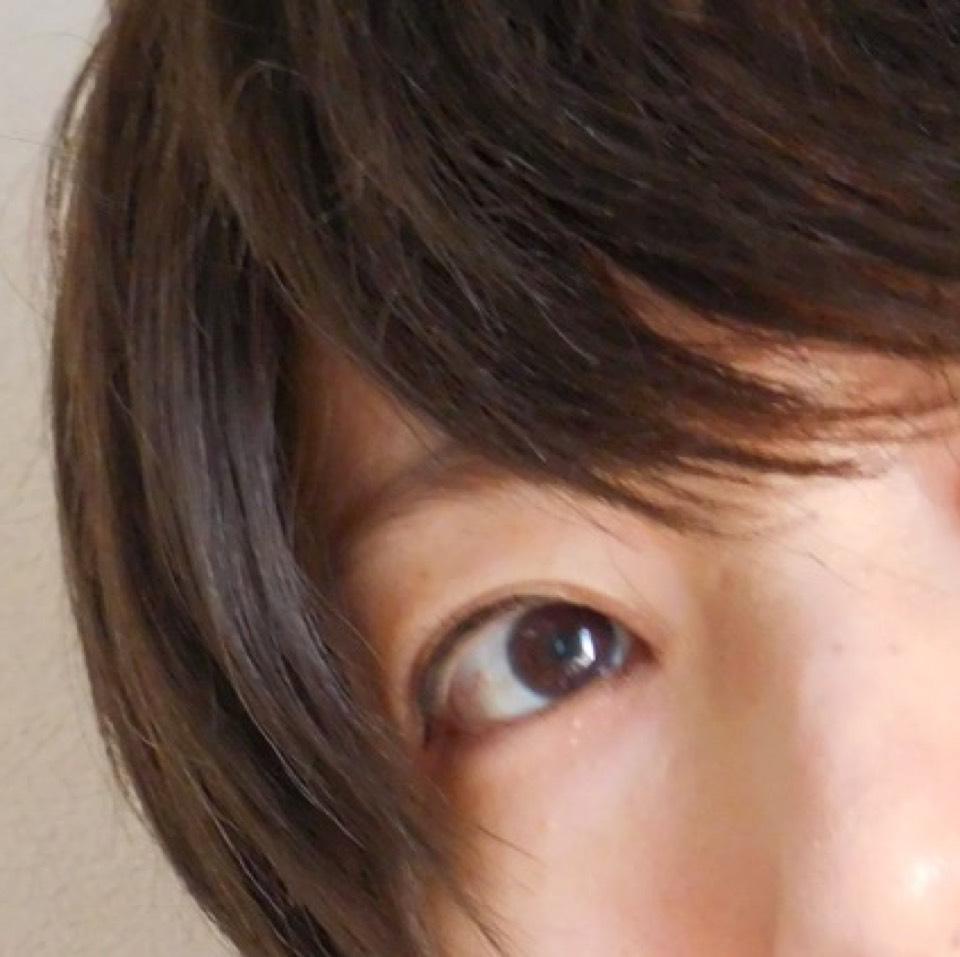 肌はBBクリームで軽く整えます。 アイラインは目尻からリキッドアイライナーで書きます。 眉はナチュラルカラーで多少つり眉気味の直線眉。 シンプルメイクなので、マスカラは敢えて塗りません。