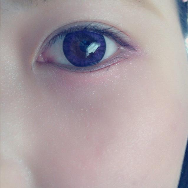 チークは下瞼の赤いシャドウと重なるぐらいまでまぁるく塗ってください。