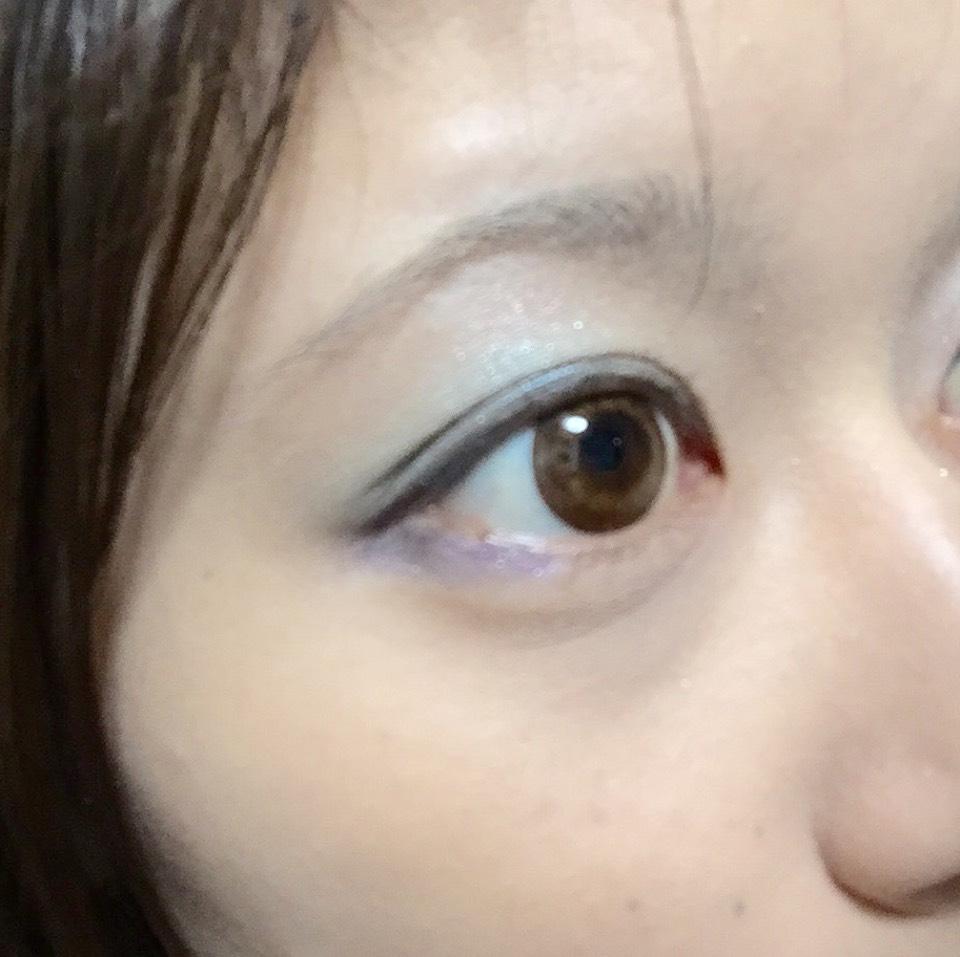 薄い緑や青のシャドウを使って春意識。 下の、目尻も濃い青を使ってます