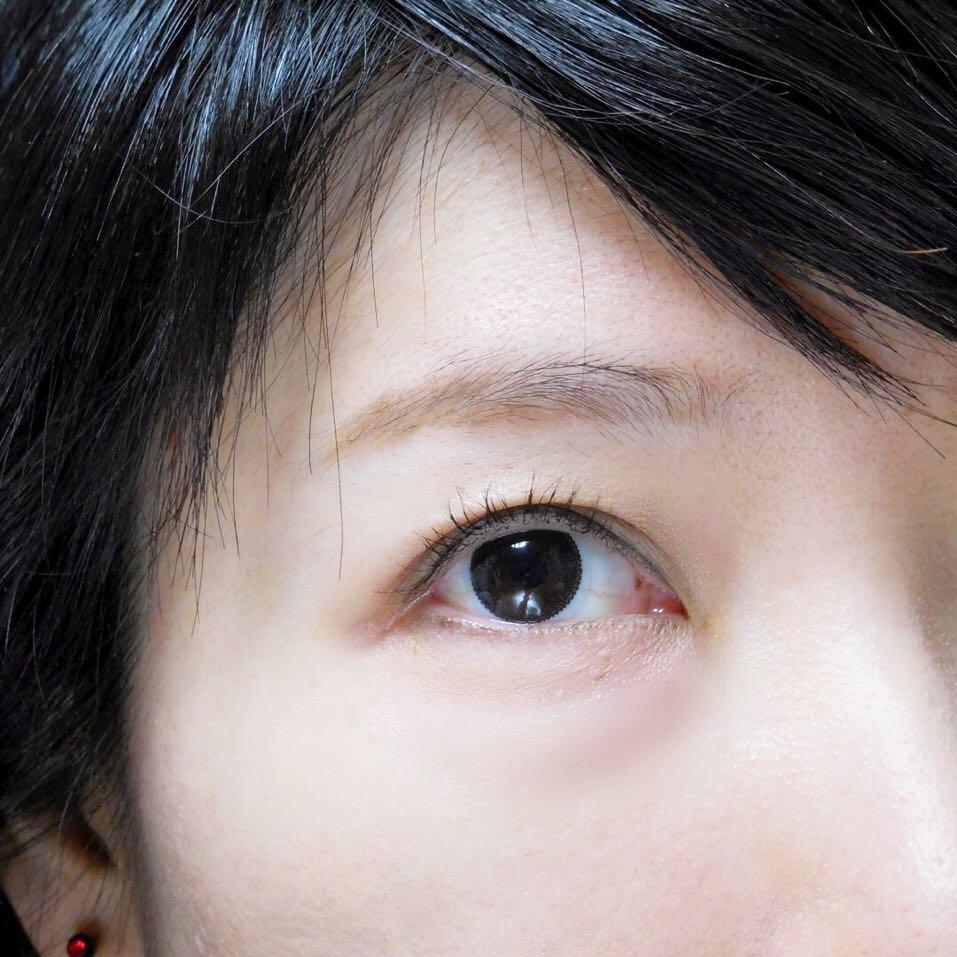 アイシャドウは目頭まで塗る。 目の下は薄ピンクで塗り、ブラウンのアイライナーで軽く睫毛のきわを埋める。 アイブロウはシャネルの物をブラシでざっくり塗り、キャンメイクのペンシルで眉尻を整える。 ノーズシャドーを、眉下に入れる。 目のクマが気になる時は、薄付きの赤リップを指で取って叩くように馴染ませ、その後コンシーラーで整えます。