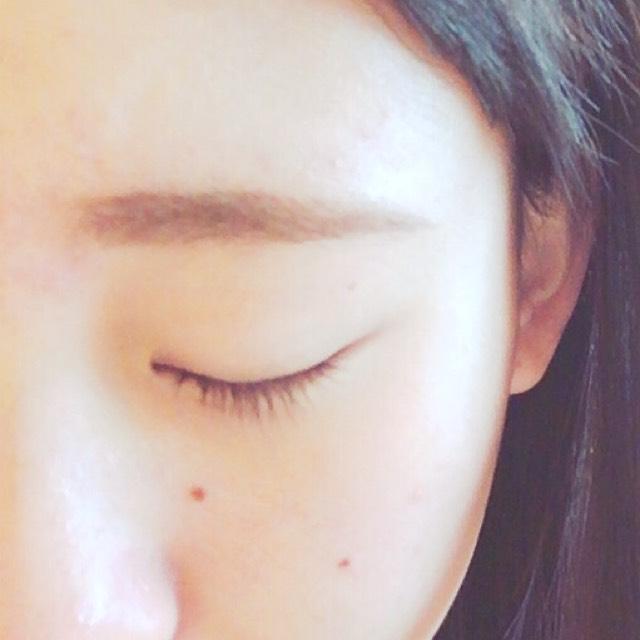 インテグレートのリキッドの方で眉の輪郭を整えます。レブロンのアイブロウパウダーの1番濃い色で眉の中を埋めてきます。最後にケイトのアイブロウカラーをぬります。