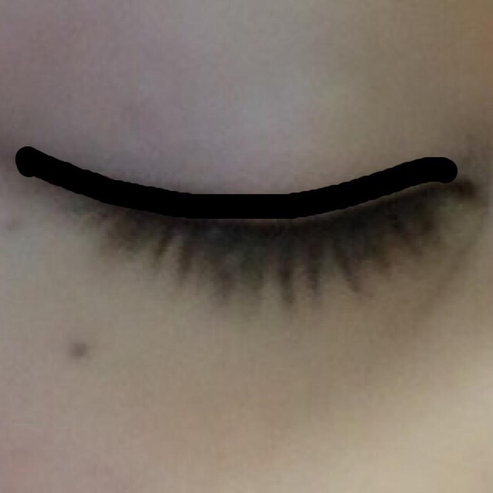 セザンヌのアイライナーを使い アイラインを引きます☝︎ 色味はブラウンを使い 細くラインを引きます。 少したれ目になる様に 平行よりも下に塗ります。 睫毛の間もアイライナーの 先端を使い埋めます。