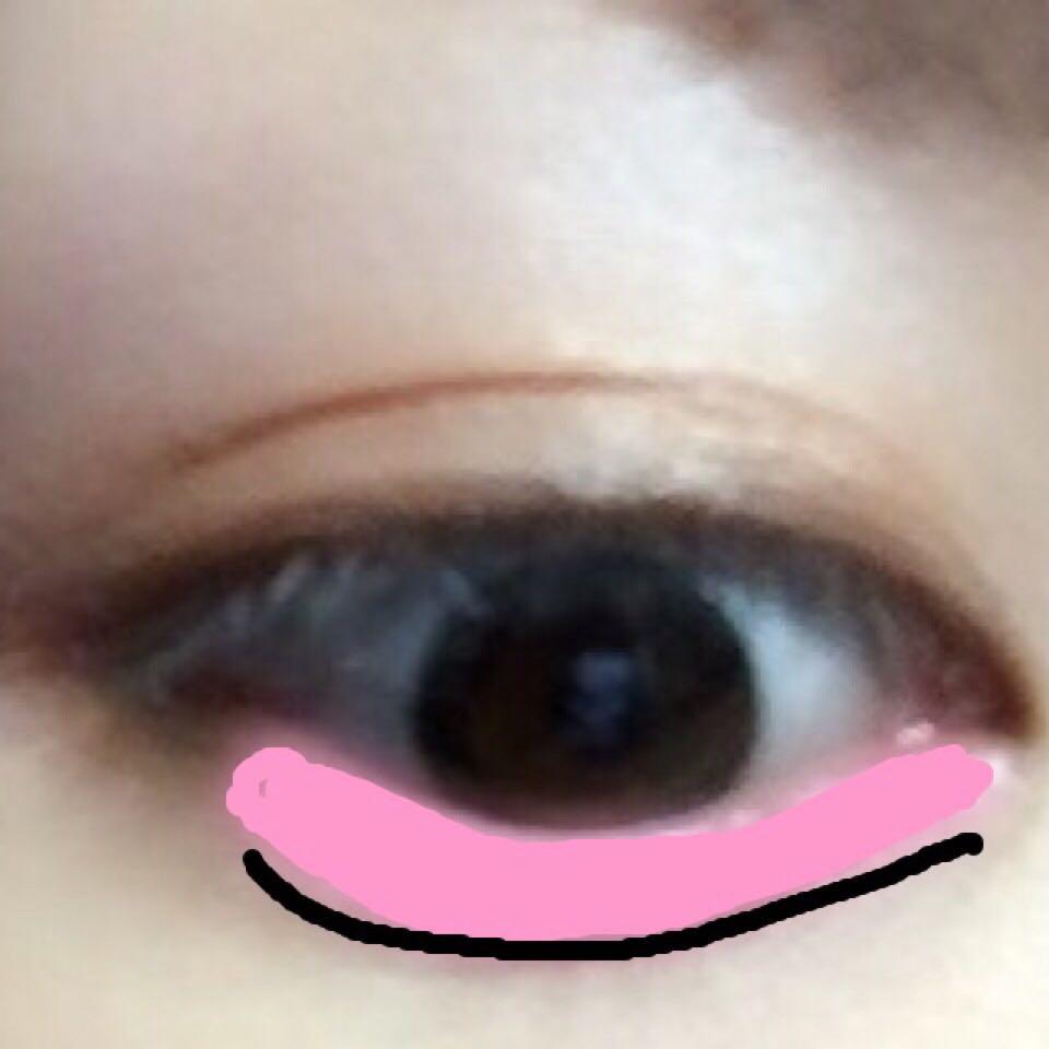 画像ピンクに染まっている部分にピンクシャドウを 細いブラシで塗っていきます☝︎ 中央部分は濃く塗ります。 ブラウンのアイブローペンシルで涙袋の下に細く線を引きブラシでぼかし影を作ります☝︎ 画像の黒い線の部分です。