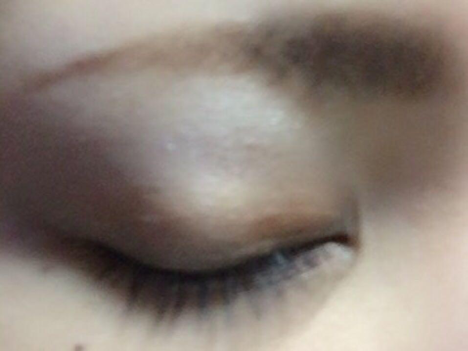 眉毛はブラウンのアイブロー パウダーを眉ブラシに とり眉尻側から塗ります☝︎眉頭はブラシに余っているパウダーで塗ります☝︎ 最後にアイブローペンシルで 形を整えアイブローコートを 塗ります☝︎