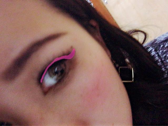 大事なポイント①     アイライン  ピンクのところにひく ⚠︎目尻の跳ね上げラインはオーバーに跳ね上げる!