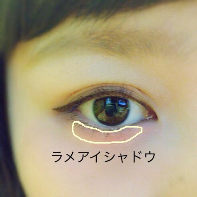 キャンメイク(四角い方)真ん中のラメのアイシャドウを下瞼にのせます。