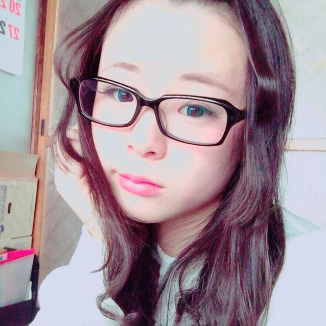 青カラコン×メガネ×前髪アップ