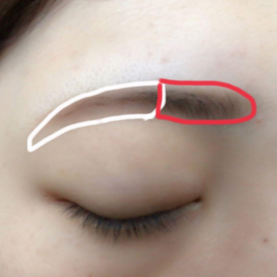眉毛を眉尻から半分ぐらいまでをペンシル、眉頭をパウダーでぼかします。