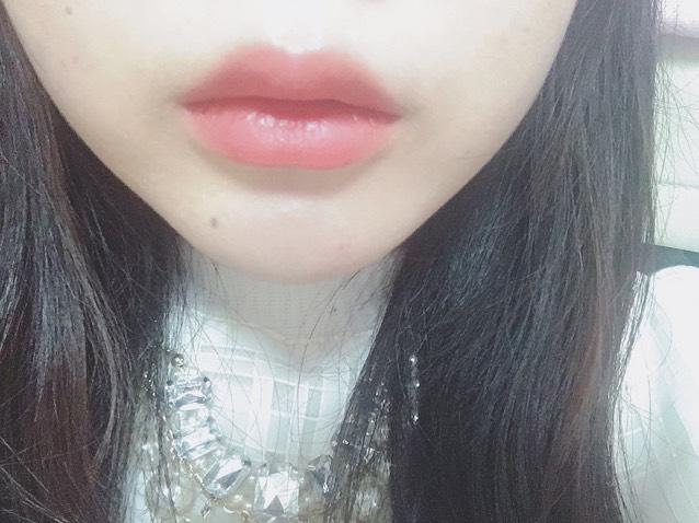 赤の口紅を塗ります。 境目はぼかした方が唇が浮きません