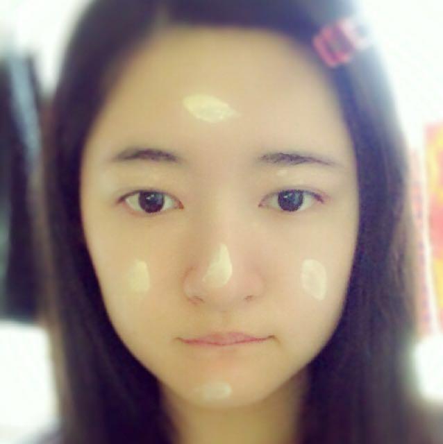 化粧下地(メディア)をおでこ、頬、鼻、顎、まぶたにのせて伸ばします。 しっかり馴染ませてください!