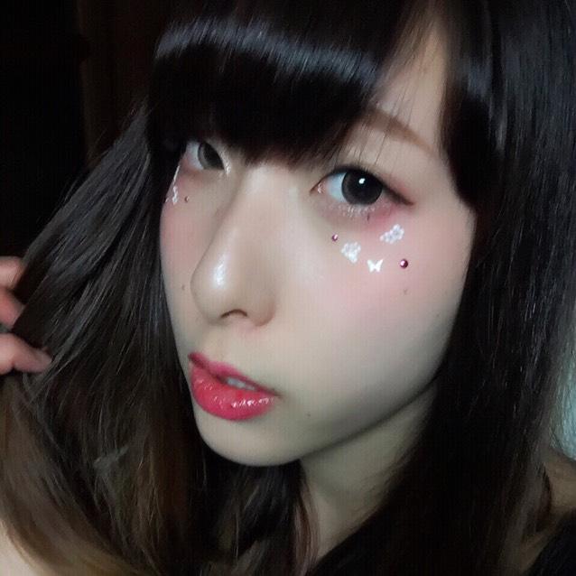 平行眉毛を描いてピンクのリップを塗って、 目尻に好きな100均のネイルシールを貼って完成!