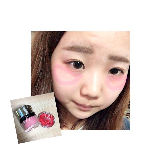 CANMAKEのクリームチーク(CL08)②を目の下から頬骨の辺りに薄く塗ります 涙袋にも使った100均チーク(ピンク)をその上からポンポンとたたきます