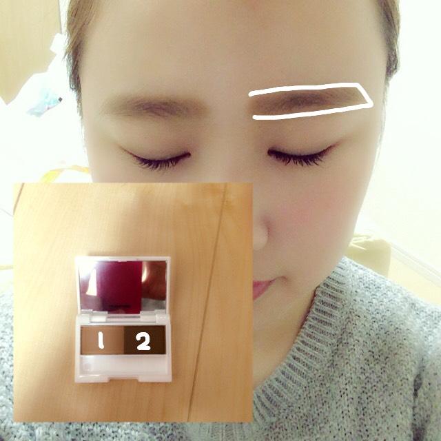 今回はプチプラということで100均のアイブロウパウダーを使います! わたしは眉毛が割と全体に生えているので1と2の色を混ぜて全体にのせます! このとき、元の眉の形が整ってない場合はペンシルなどで縁取ってからパウダーをのせます!