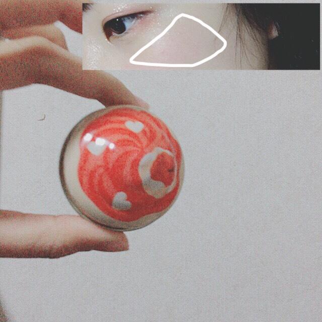 【 ETUDE HOUSE / スイートレシピ(赤)】を、頬の高い位置に薄く塗る。