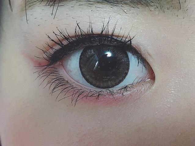 私は目尻をはね上げました 下まぶたの黒目の下にもひいていきます