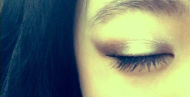 目尻と目頭を濃い色にし、全体的にはね上げるようにした。 したまぶたの目尻にも濃い色をいれました。