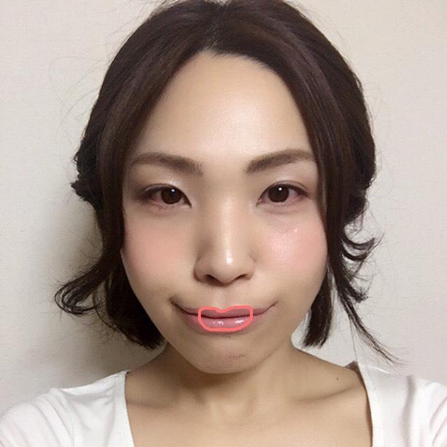 唇のフチにあるくすみをリップライナーで消したら、くすみを消した部分が消えないように少し輪郭をぼかして、ちふれリップを直塗り。唇の中央にMACグロスをたっぷりつける。