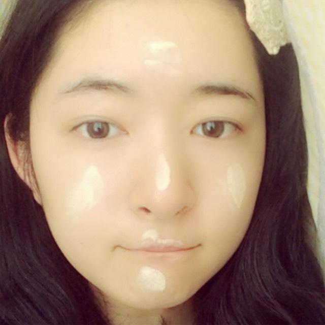 下地ぬります。 おでこ、鼻、頬、唇の山、顎に乗せて伸ばしました。 いつもより多めです。 均一な肌色に仕上げてください。