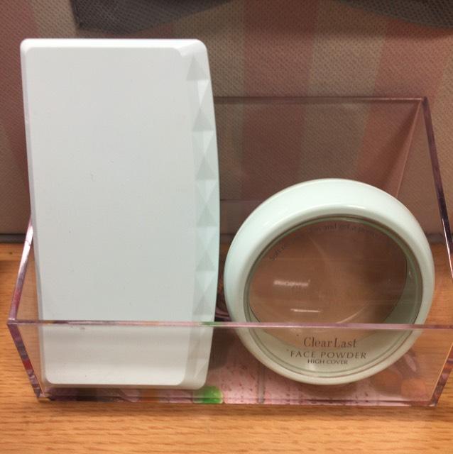 右 クリアラスト フェイスパウダー薬用オークル 1200円ぐらい 左 セザンヌUVファンデーションEXプラス EX4 500円ぐらい