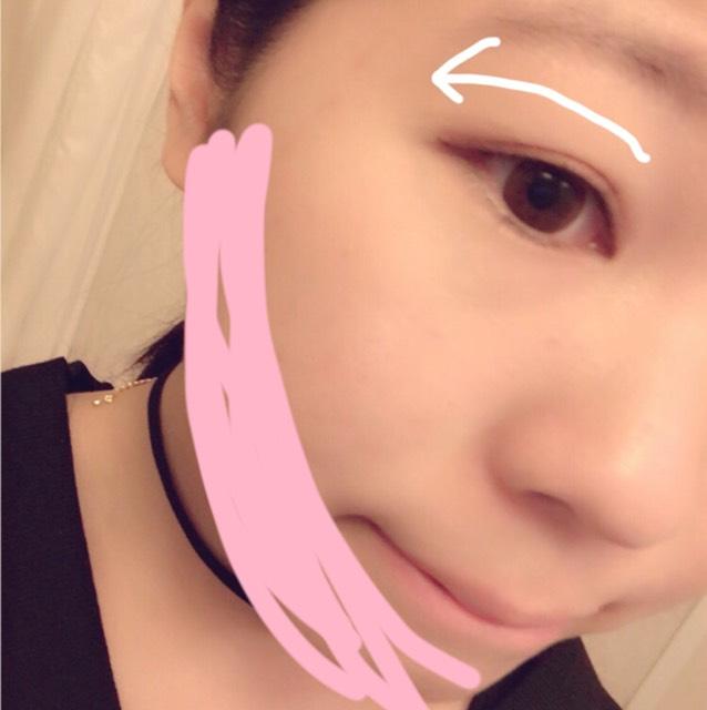 3 の 1番白い色で瞼を全体的に塗り 、薄い茶色と濃い茶色をつかって矢印の方向に濃くなっていくようグラデーションをつくる