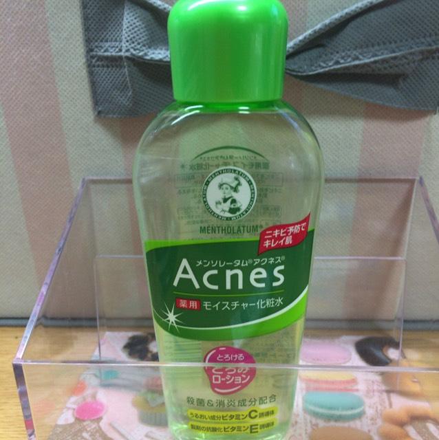 メンソレータムの化粧水をコットンにたっぷり含ませます。 これが使い終わったら「ハトムギ化粧水をつかいます。」