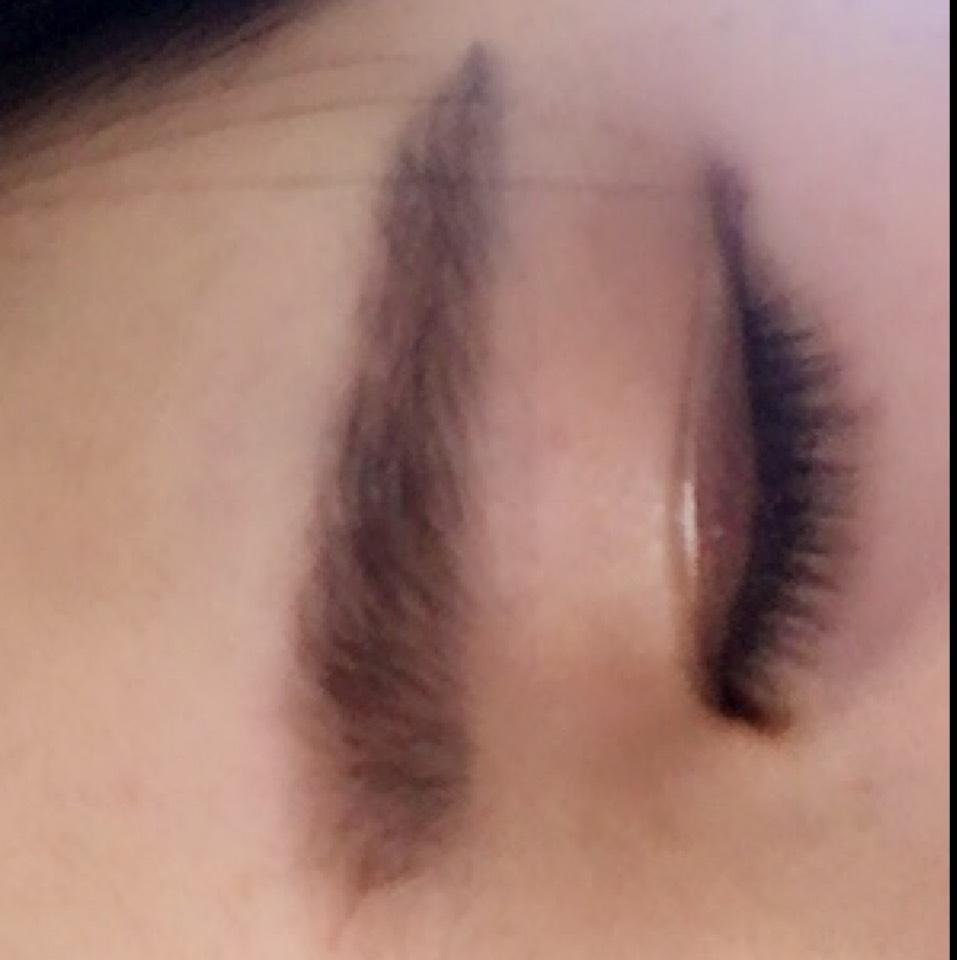 眉毛、アイシャドウをぬります。