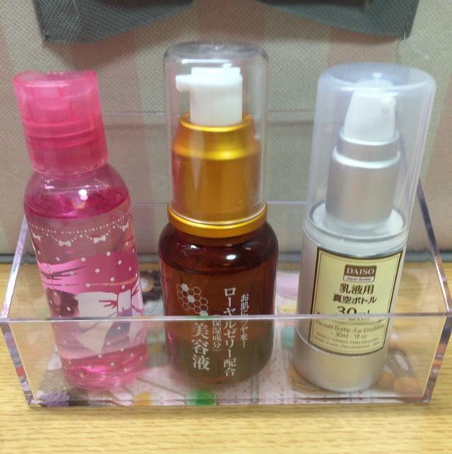 洗顔の後化粧水・美容液・乳液を塗ります。  美容液がない場合は美容液無しでも構いません。