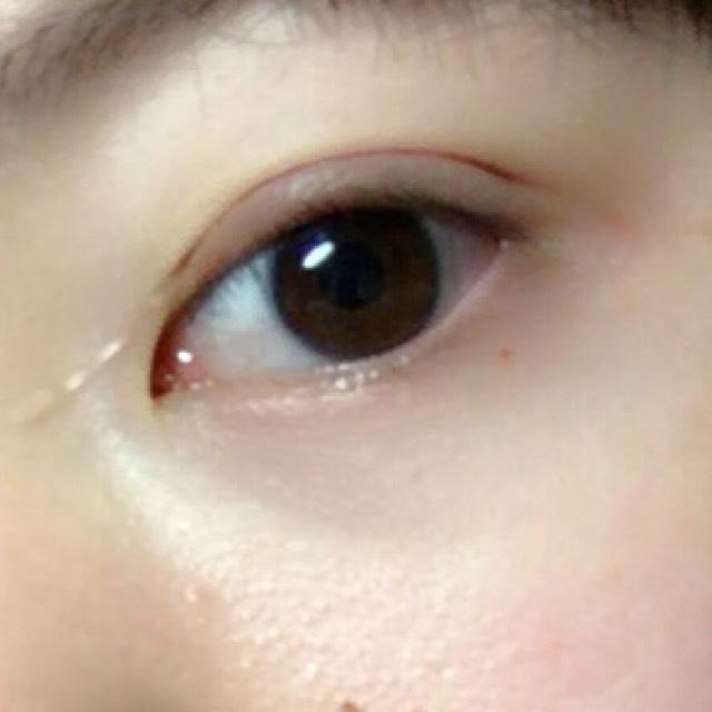 目を開けて、できた二重の線に沿って目尻を貼っていきます。