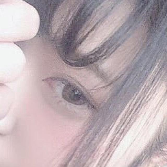 眉毛はパウダーアイブロウ⇨アイブロウカラーの順番で気持ち並行にする。
