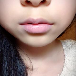 ①コンシーラーを唇全体に塗ってなじませる。