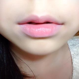 ②唇の中心に赤いリップを塗ってなじませる