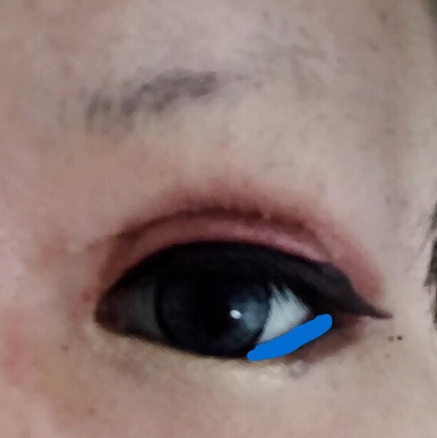 青い部分をペンシルアイライナーでひく。写真では全体に入ってるように見えますが実際は青い所だけです。ぼかさなくて大丈夫です。ぼかすと崩れの原因になります。