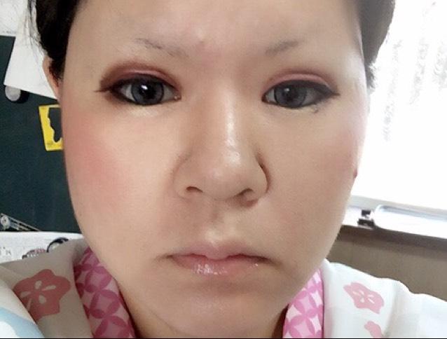 アイライナー乾かしてる間にチーク塗ります。頬の一番高い所に塗る。黒目より外に塗る。可愛い系目指すなら目の下あたりにまるく。