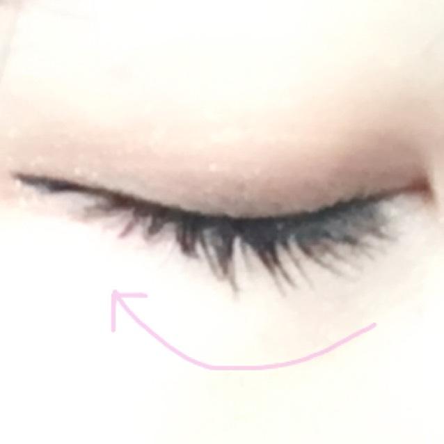 次にLBのアイライナーを使って目頭から目尻にかけてラインを引きます。目尻から1cmほどはみ出たとこりへんで上にあげ隙間なく黒く塗っていきます