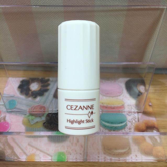 クリームハイライトをT・Cゾーン顎、唇の山に指で塗ります。