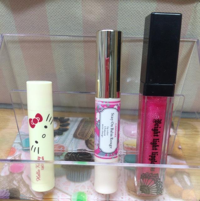 ほんのり色のつく保湿リップを塗り、ピンク系の口紅を塗ってピンク系のグロスをつけて完成ー!