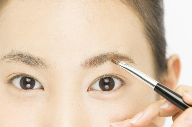 「パウダーアイブロウ」をアイブロウブラシに取り、眉全体を整える。眉頭のピンクの上にも軽く重ねて。