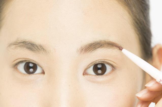 バーガンディカラーの「カラーライナー」で、眉尻に赤みを足す。描いた後はブラシで軽くぼかすと自然に。