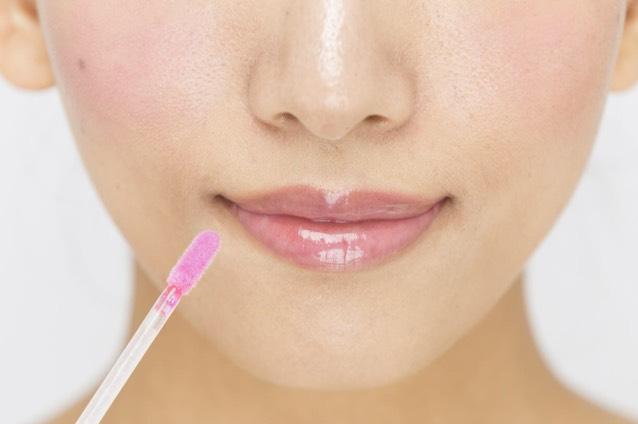 ピンク色に発色する「リップグロス」を塗る。透明からピンクに発色するまで少し待つ。