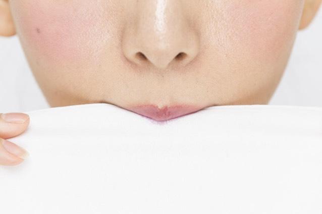 ティッシュを上下の唇で軽く挟み、余分な油分やテカリをオフ。これで仕込みはOK!