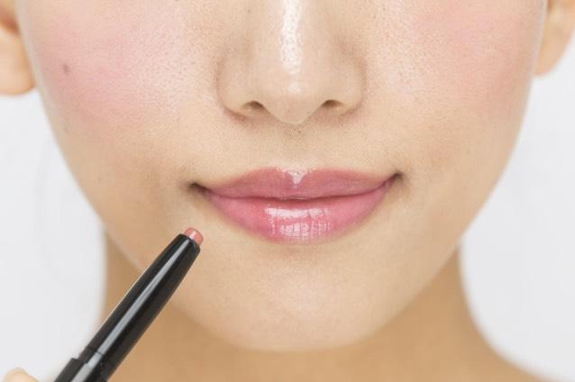 「リップライナー」を唇全体に重ねる。明るく発色するグロスのピンクが適度に落ちついて、上品な唇に。