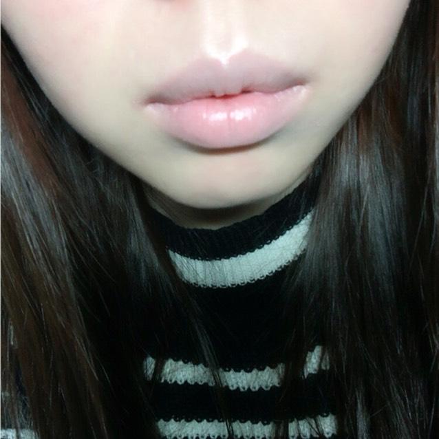 エチュードのクッションファンデのパフに残っているものを 唇にコンシーラー代わりで使い、唇の色を消します。