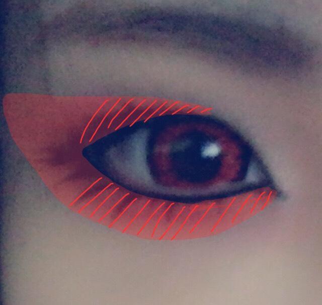 右目と同じようにちふれの赤をはね上げ馴染ませる 斜線部分を濃く