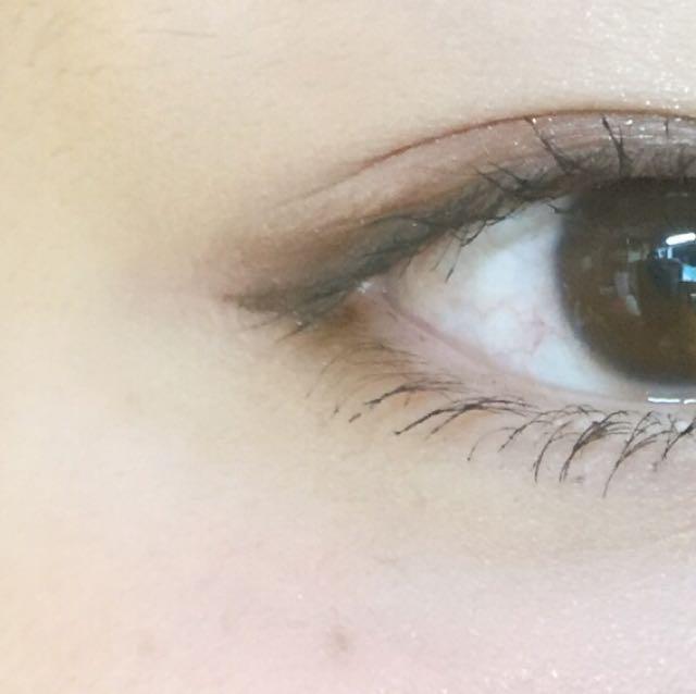 つり目で目つきが悪く見えるので アイラインは目の延長線に伸ばし、アイラインの下に三角を描くように足します