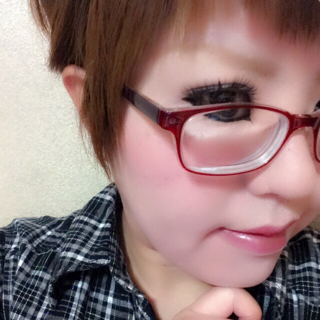 髪を切ったので前髪短め(*´˘`*)♡いつもは細まゆですが、今日は太め。薄めに引きました。