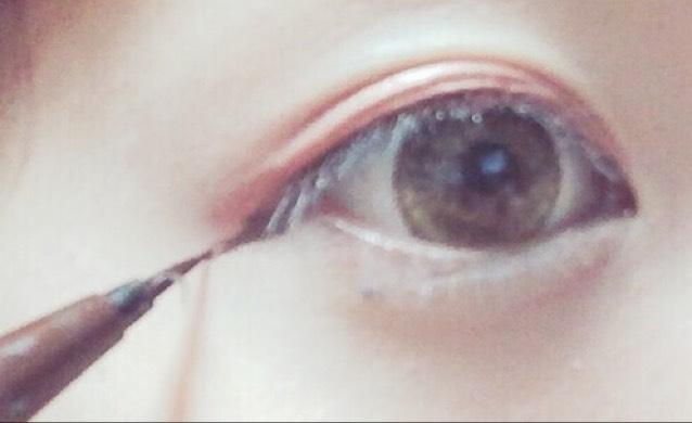アイラインを黒目上のところから目のキワに細く描き、目尻は下に向けて1センチほど引く