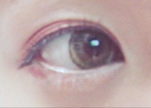 ブラウンのマスカラを上のまつげ全体、下のまつげは3分の1の目尻側にのみ塗る