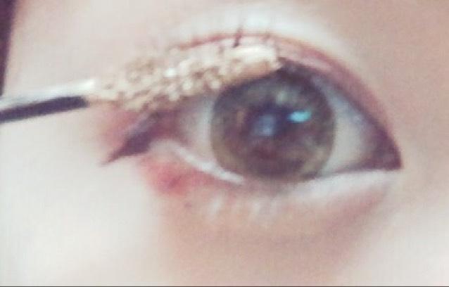眉マスカラに使っているアイブロウマスカラを上まつげに塗る