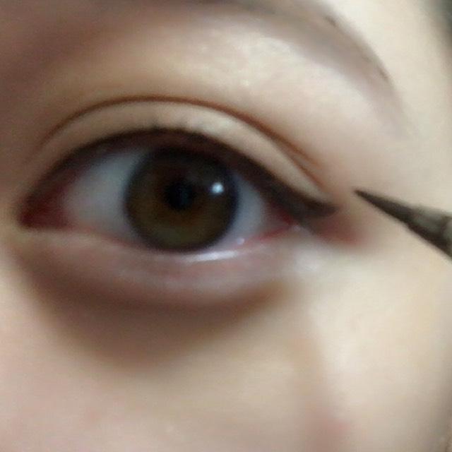 目尻から三角をかくように繋ぎ、中を塗ります