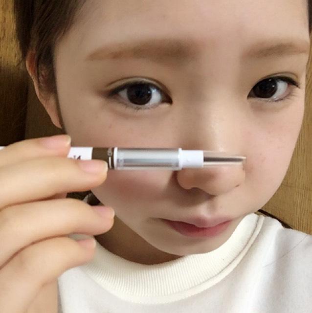 まず、ペンシルで眉尻側から形を決めて書くと左右対称に書けると思います!  そしたら、パウダーで間を埋めます。